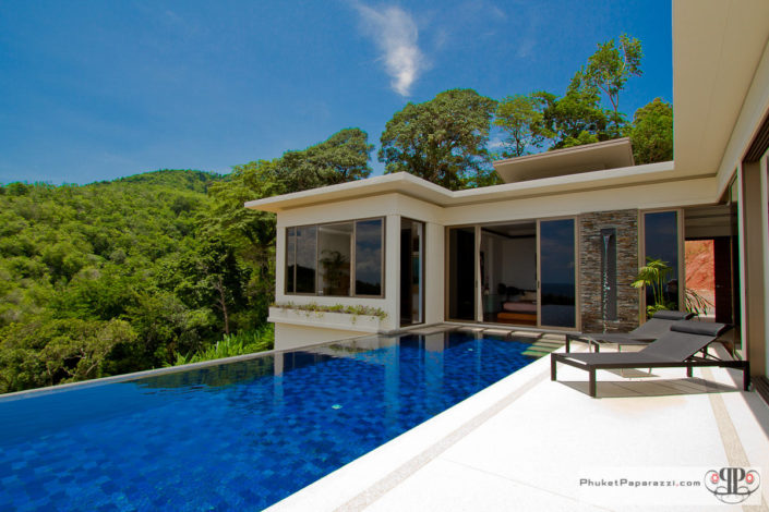 Real estate photography exterior of the villa and infinity pool .