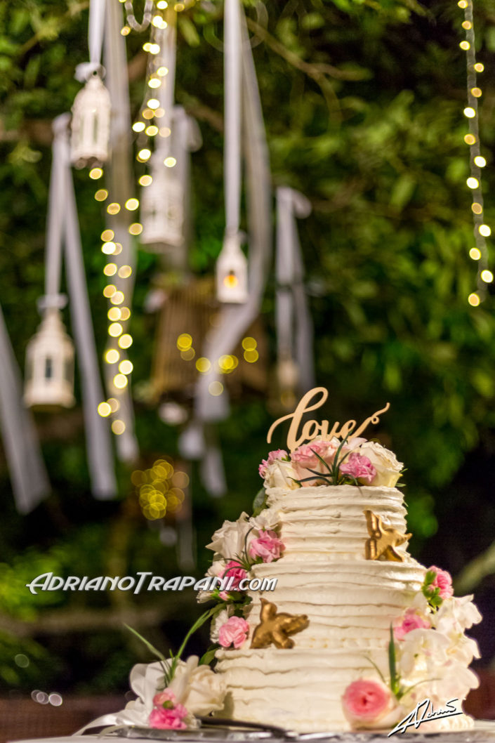Wedding photography wedding cake and decorating lamps.